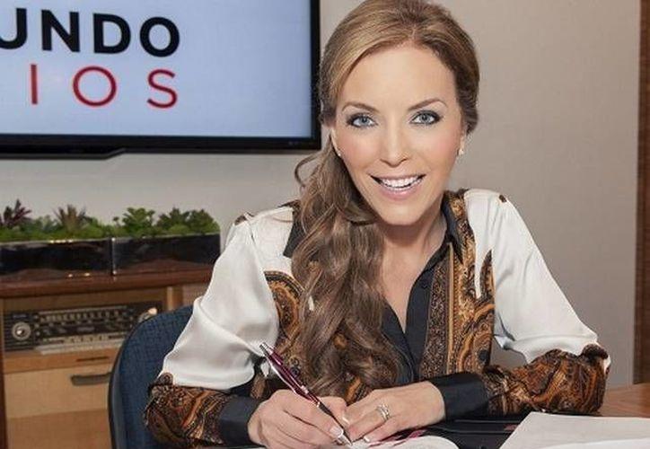 Laura Flores cuando firmó con Telemundo. (laopinion.com)