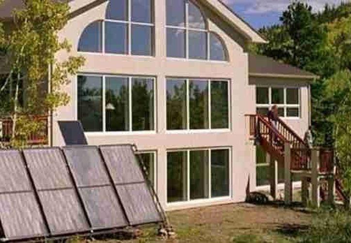 Casa con paneles solares. (Foto de contexto)