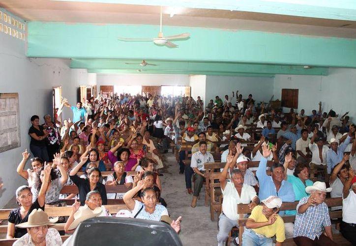 La mayoría de los miembros del núcleo agrario estuvieron de acuerdo en la asamblea en sancionar a los 25 inconformes, ya que su queja ante el Tribunal Unitario perjudicó a los ejidatarios. (Edgardo Rodríguez/SIPSE)