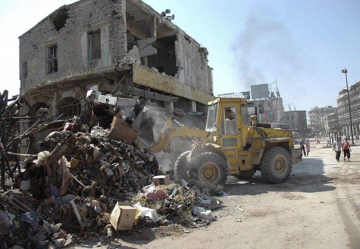 Una excavadora limpia los escombros de las calles de Homs, Siria. (Archivo/EFE)