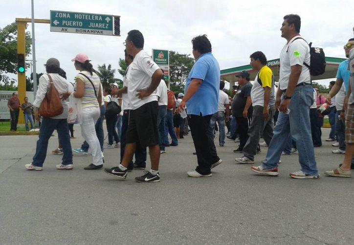 Maestros marchan en las avenidas principales afectando el tránsito vehicular. (Archivo/SIPSE)