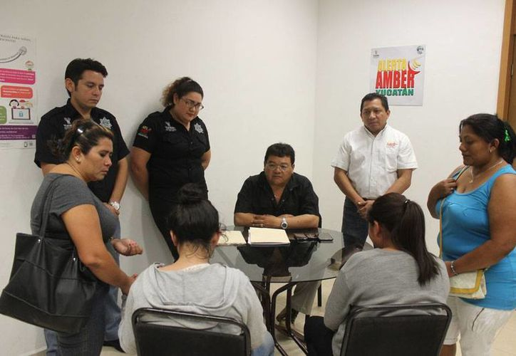 Reunión de agentes de la Fiscalía General del Estado y familiares de las jóvenes preparatorianas desaparecidas, quienes ayer fueron entregadas a sus familiares. (Cortesía)