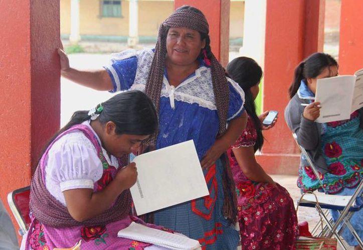 Las mujeres zapotecas no tienen independencia en sus comunidades, ya que  los matrimonios son concertados entre familias y después de casarse se vuelve propiedad de la familia de su esposo. Imagen de contexto. (noticiasnet.mx)