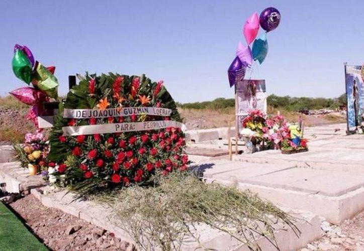 La corona de flores depositada en el panteón Jardines de Humaya, tiene la leyenda 'DE: JOAQUÍN GUZMÁN LOERA PARA: PERRILLO', quien en días pasados fue acribillado por sicarios. (Twiiter: ExpresSanLuis)