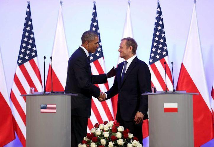 Barack Obama y el primer ministro polaco, Donald Tusk, dan una rueda de prensa conjunta en Varsovia. (EFE)