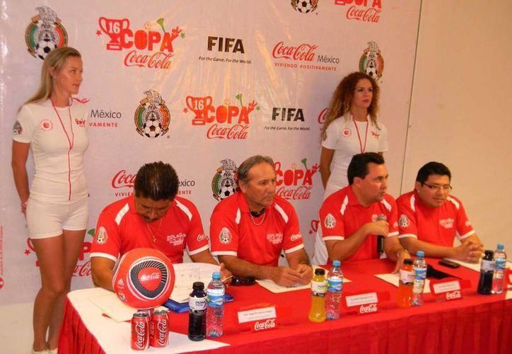 Las autoridades deportivas presentan la Copa Coca Cola 2013. (Ángel Mazariego/SIPSE)