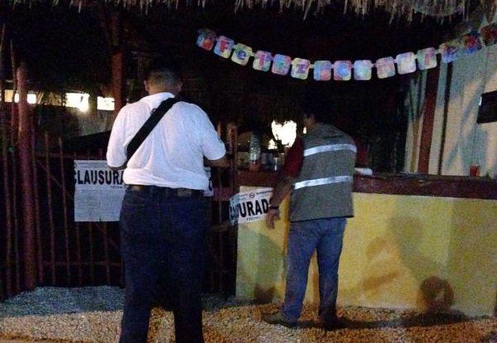 Los inspectores de fiscalización colocaron seis sellos de clausura en el predio donde se realizaba la fiesta clandestina para menores. (Cortesía)