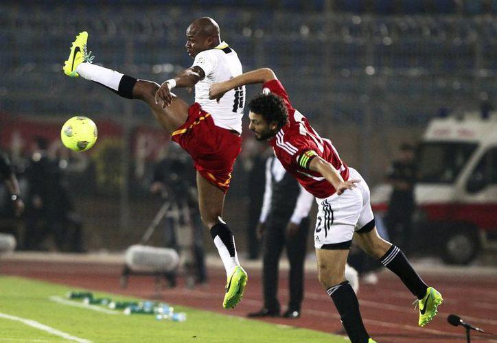 Los centrocampistas Hossam Ghaly (d), de Egipto, y el ghanés Andre Ayew pelean por el control del balón. (EFE)