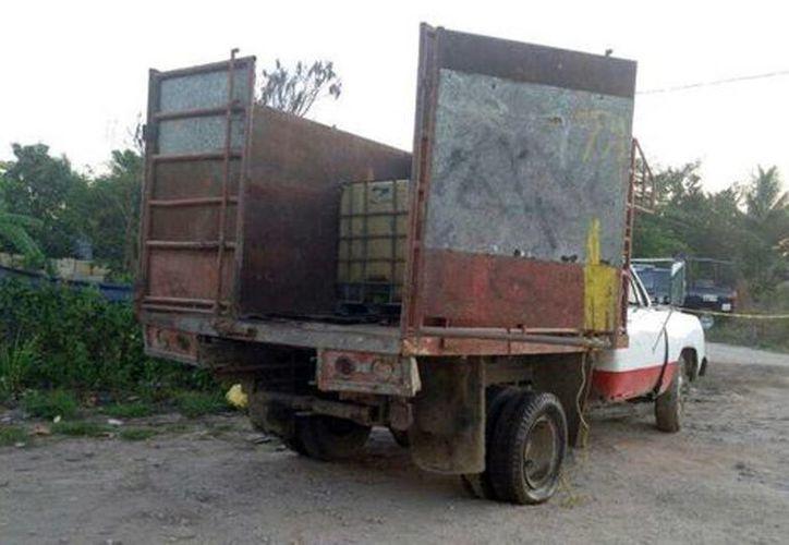 Además del combustible asegurado, se decomisaron una pipa con reporte de robo, una camioneta, 32 contenedores y dos motobombas. (Mariel Arroyo/Milenio)