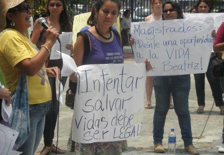 Un grupo de personas protestan en favor de Betriz. (humanosphere.org)