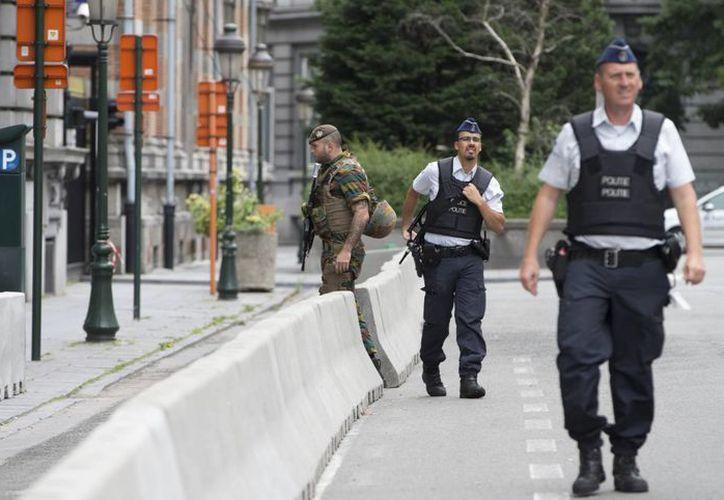 Agentes de la policía belga patrulla por las inmediaciones de una comisaría en Charleroi, Bélgica. Un hombre atacó a dos agentes con un arma cerca de una comisaría antes de ser detenido. (AP Foto/Virginia Mayo)