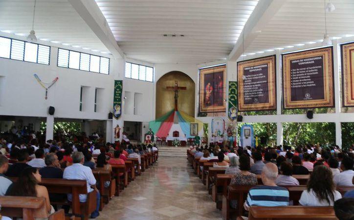 El rector de la Catedral de Cancún, Luis Octavio Jacobo Cortés, invitó a todos los creyentes a seguir acudiendo a misa. (Israel Leal/SIPSE)