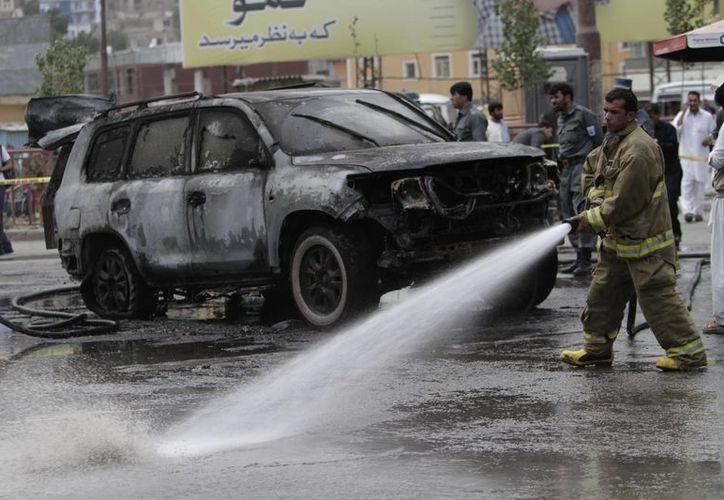 Fuerzas de seguridad oficiales en la zona de un atentado con bomba en Kabul. (Agencias)