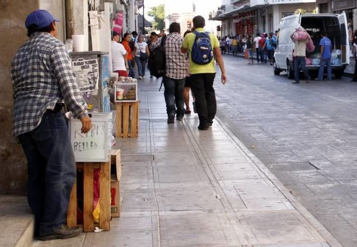 Los vendedores ambulantes ocupan cada vez más espacios en el centro. (SIPSE/Archivo)