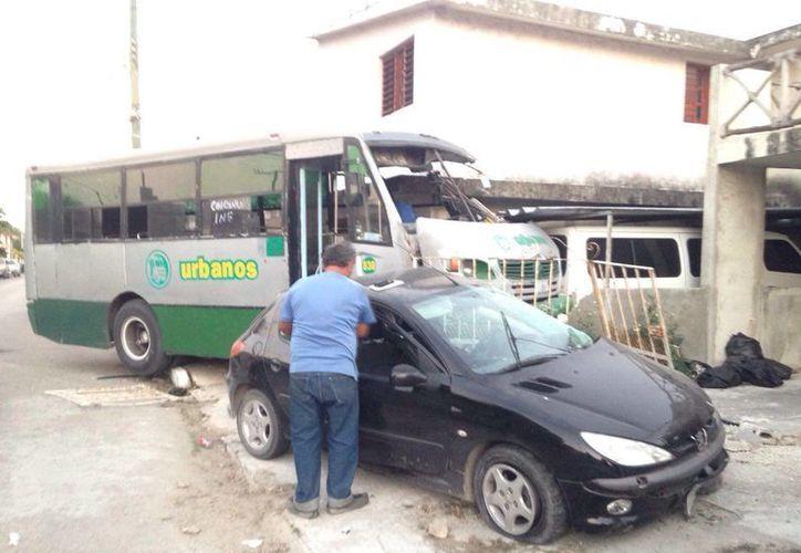 Un camión urbano chocó contra un auto compacto y luego ambos chocaron contra una casa en Chicxulub puerto. (Fotos: Gerardo Keb/Milenio Novedades)