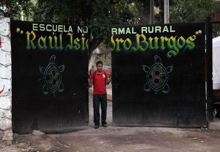 Imagen del portón de entrada de la normal rural Isidro Burgos de Ayotzinapa, en Guerrero, una de las más combativas y 'radicales' de México. (Archivo/AP)