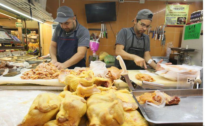 Venta de pollo en el Mercado de Abastos. Restauranteros se quejan del alza en los costos del pollo. (Agencia Reforma)