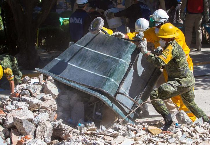 La remoción de escombros continúa en la zona de explosión de la Torre de Pemex. (Notimex)