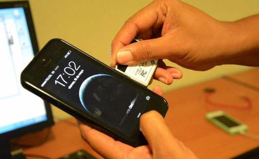 Compras con tarjetas de crédito clonadas es uno de los delitos ocasionados por el robo de identidad. (SIPSE)