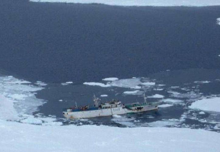 """El pesquero hundido """"Dalni Vostok"""" trabajaba en un grupo de barcos, 12 de los cuales se unieron a la operación de rescate. (Imagen de Twitter: @ntvru)"""