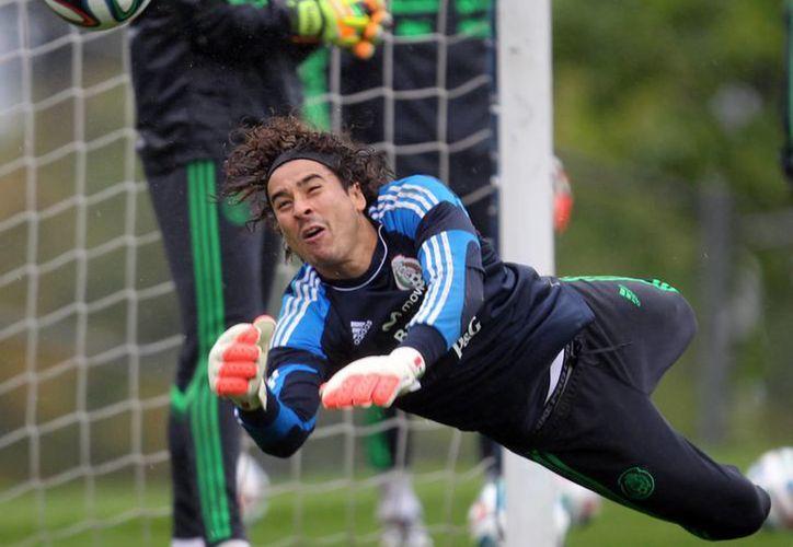 Guillermo Ochoa tuvo destacada actuación con México durante el Mundial Brasil 2014. (Notimex)