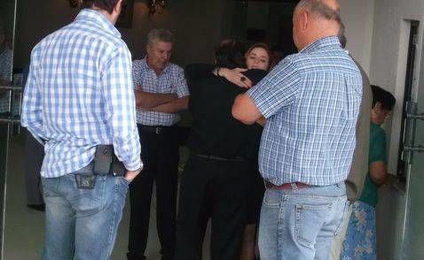 Alberto Etcheverry Nova abraza a su hija Azul Etcheverry en la funeraria. (Milenio)