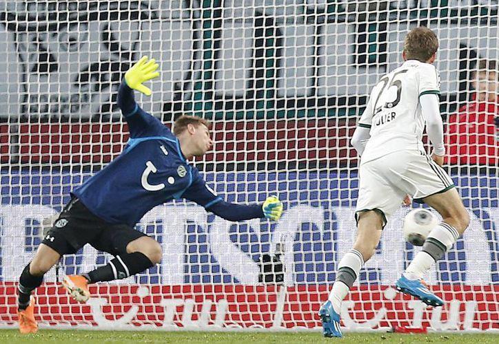 Tomas Mueller (d) anotó dos de los cuatro tantos con los que el Bayern Munich derrotó al Hannover, en su casa. (Agencias)