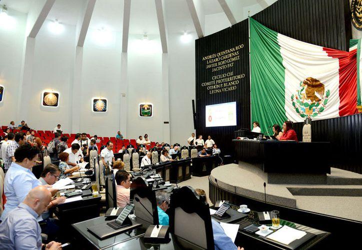 El diputado independiente, Juan Carlos Pereyra Escudero, durante su participación en un foro en la Universidad Tecnológica. (Foto: Redacción / SIPSE)