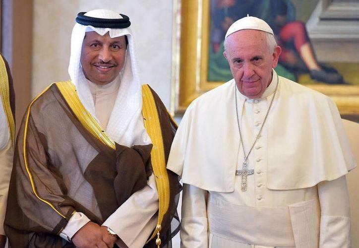 El Papa Francisco (der.) viajará en noviembre en visita apostólica a África. En la imagen, aparece acompañado de Sheikh Jaber al Mubarak al Hamad al Sabah, primer ministro de Kuwait, a quien recibió en una audiencia privada en El Vaticano. (The Associated Press)