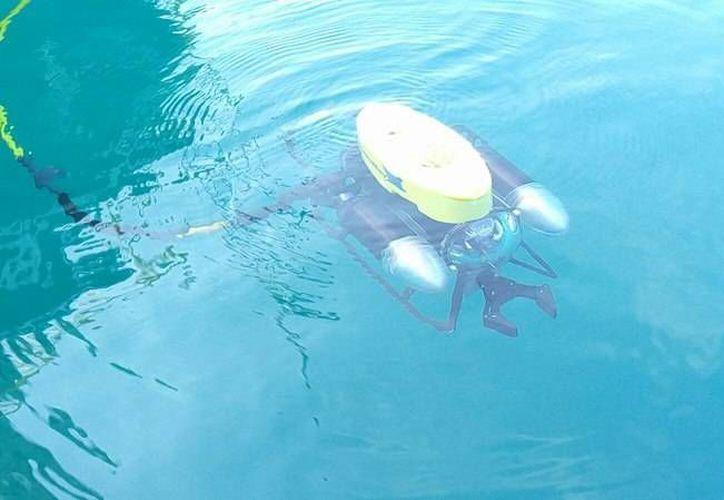 Con un equipo de robótica, investigadores estudian la Laguna de Bacalar. (Javier Ortiz/SIPSE)