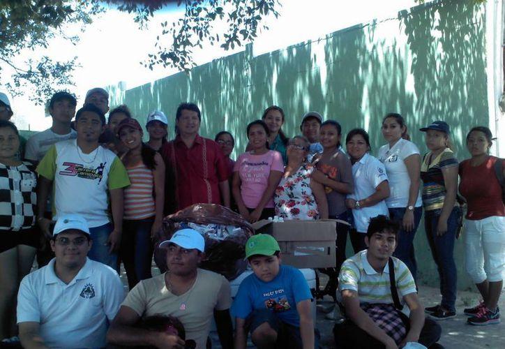 Entre los voluntarios que recolectaron medicamentos están estudiantes del Cetmar, Cobay, personal del IMSS, médicos, Protección Civil, Seguridad Pública, Club Rotarios y Red Natura Mérida. (Cortesía)