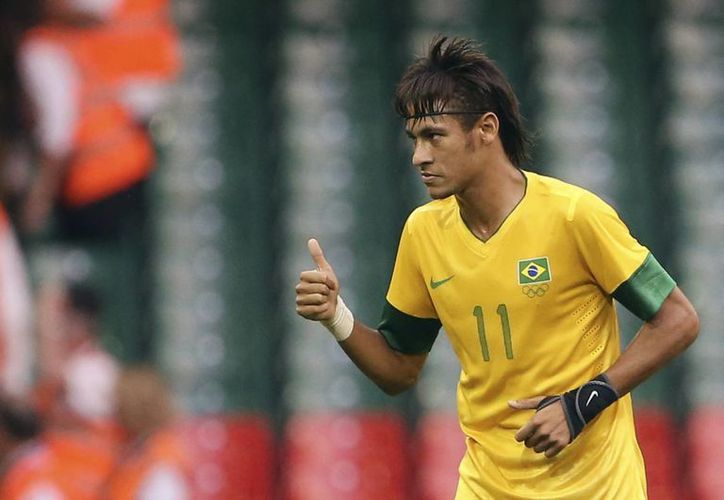 Neymar dijo que el seleccionado brasileño, Dani Alves, lo ha alentado a que se una a las filas del Barcelona. (Agencias)