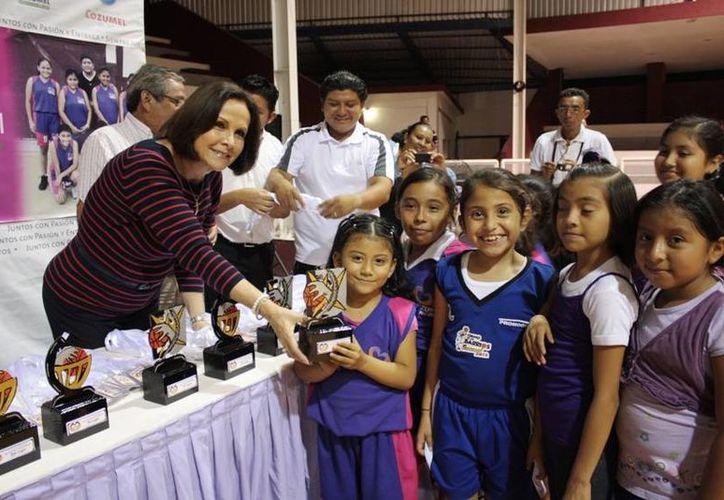 La presidenta del DIF en la entrega de trofeos a los pequeños. (Cortesía/SIPSE)