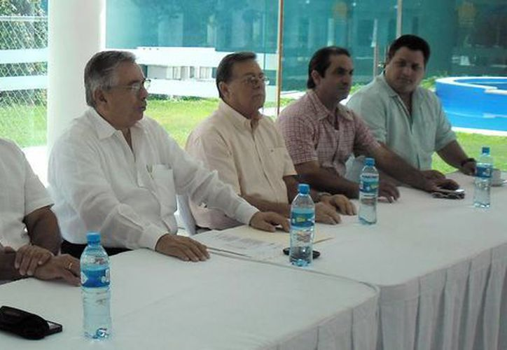 Integrantes de la nueva directiva del Club de Golf de Yucatán. (Milenio Novedades)