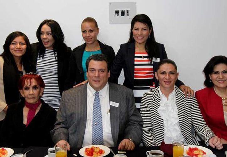 El Comité Organizador de los XVII Juegos Panamericanos Toronto 2015 informó que la exvelocista Ana Gabriela Guevara (abajo, de gris) portará la antorcha el próximo 5 de julio. En la foto aparece junto al titular del CMB, Mauricio Sulaimán, en un reconocimiento a mujeres deportistas y mujeres integrantes de medios de comunicación. (Notimex)