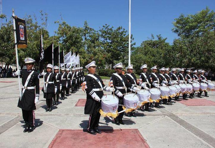 La plaza cívica de la Uqroo, campus Chetumal, fue el escenario en donde se presentaron cinco bandas de guerra. (Cortesía/Uqroo)