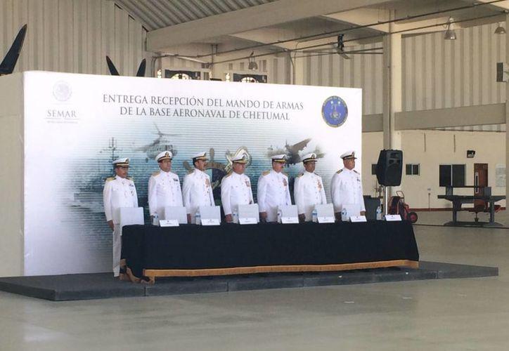 La ceremonia de entrega-recepción de cambio de armas se llevo a cabo en las instalaciones de la Base. (Harold Alcocer/SIPSE)