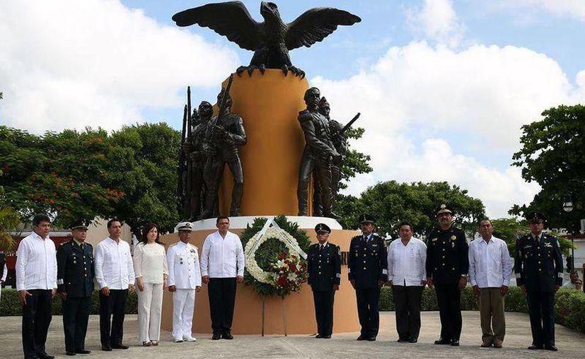 En ceremonia encabezada por el Gobernador Rolando Zapata Bello, el comandante de la X Región Militar dijo honrar el recuerdo de estos cadetes. (SIPSE)
