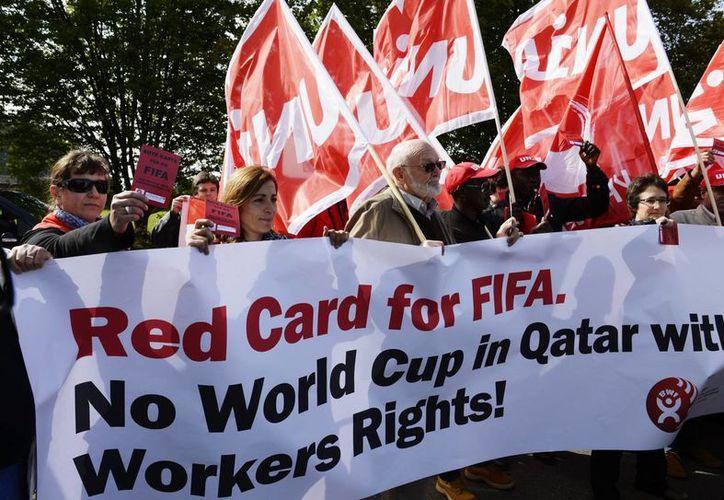 La Confederación Sindical Internacional exige a la FIFA presionar a Qatar para mejorar las condiciones laborales y legales de 1.2 millones de trabajadores extranjeros en el emirato.  (Agencias)