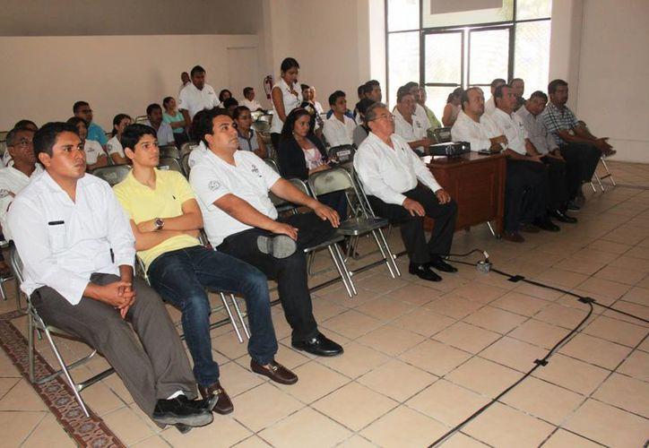 Los funcionarios y empleados de la comuna en general reciben capacitaciones para mejorar el servicio y aminorar las quejas. (Daniel Pacheco/SIPSE)