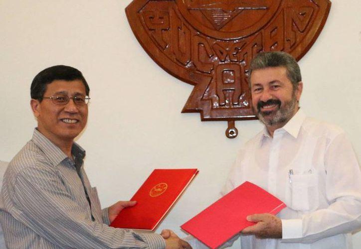 Representantes de las universidades Autónoma de Yucatán y de Anhui, China, durante la formalización del convenio para la movilidad de estudiantes y académicos entre ambas instituciones. (SIPSE)