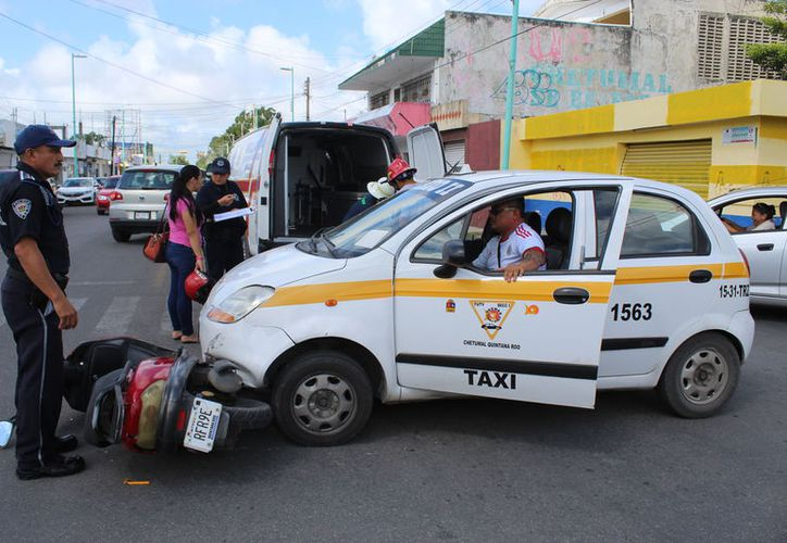 El taxista no respetó el alto marcado, impactando al motociclista. (Foto: Redacción/SIPSE)