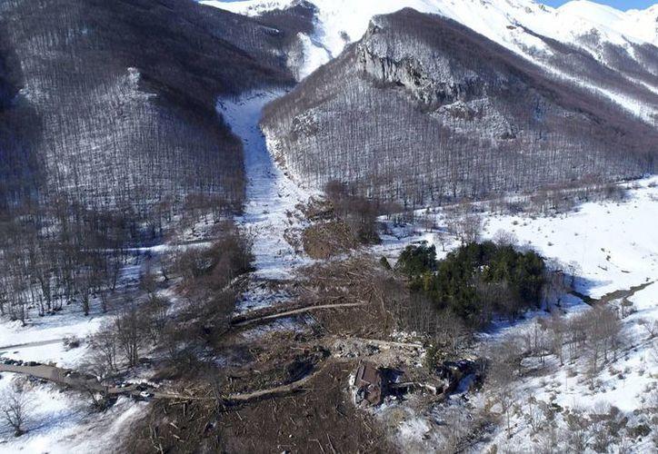 Se reportó la muerte de 3 esquiadores y 5 lesionados en una avalancha en los Alpes italianos. Imagen de contexto de una vista aérea de los escombros de alud que afectó al Hotel Rigopiano, el pasado 16 de febrero en Farindola, Italia. (La Repubblica vía AP)