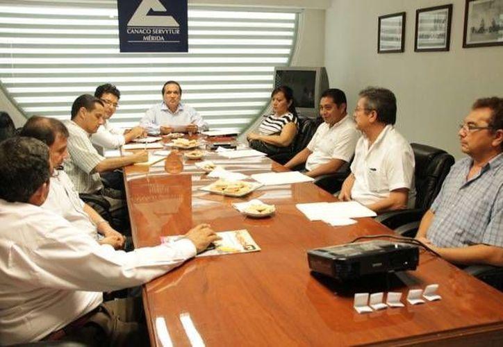 Representantes de los cincos candidatos a la alcaldía de Mérida participaron en el sorteo para elegir los turnos que corresponde a los aspirantes en el foro del próximo 6 de mayo. (SIPSE)