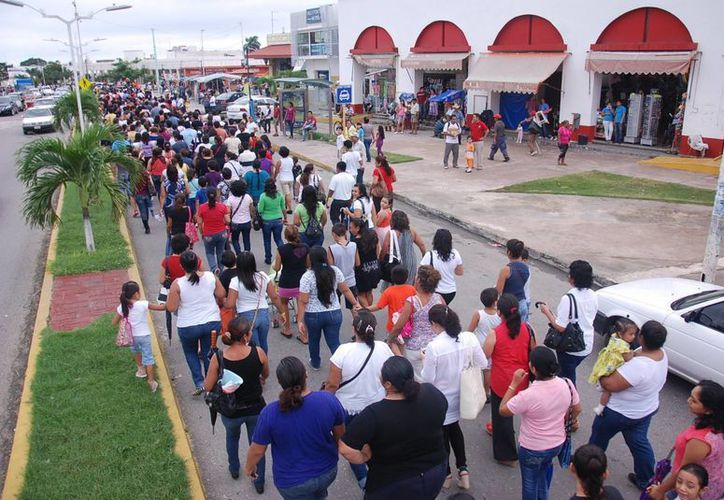 Al paso de la columna de protesta se fueron sumando varios ciudadanos más. (Harold Alcocer/SIPSE)