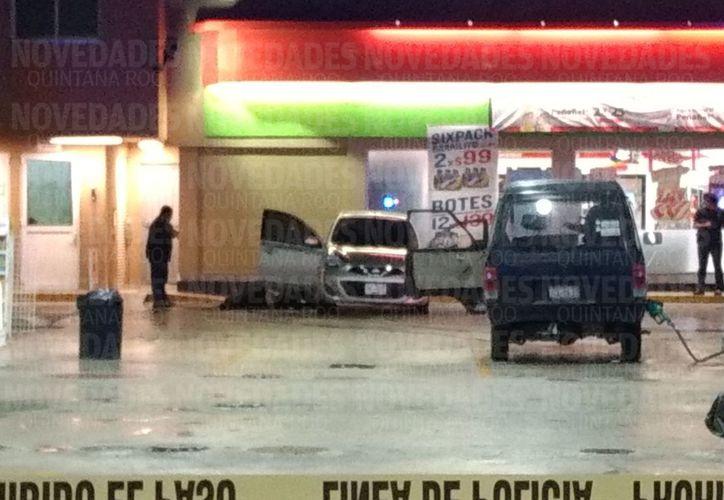 El cuerpo de una persona quedó tirado junto a un vehículo. (Redacción)