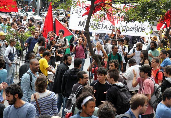 Las protestas en Brasil suelen ser de miles de personas frente a los millones que prefieren simplemente disfrutar el Mundial. En la foto, manifestación en Belo Horizonte. (EFE)
