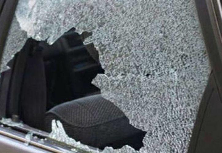 Conductores dejan por horas sus vehículos estacionados en calles del centro de Mérida. Ladrones aprovechan la situación para dar 'cristalazos' y robar. (Milenio Novedades)