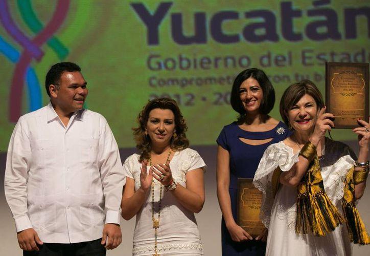 En el marco del año conmemorativo del Centenario del Congreso Feminista de Yucatán, este miércoles se anunciaron cambios en las leyes, se hizo la presentación de un libro (foto) y se rindió homenaje a Elvia Carrillo Puerto y a Consuelo Zavala Castillo. (Foto cortesía del Gobierno de Yucatán)
