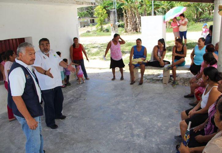Habitantes le plantearon las necesidades al coordinador de los Servicios de Salud, quien manifestó que lo único que pueden hacer es que el edificio pase a ser de la Sesa. (Carlos Castillo/SIPSE)